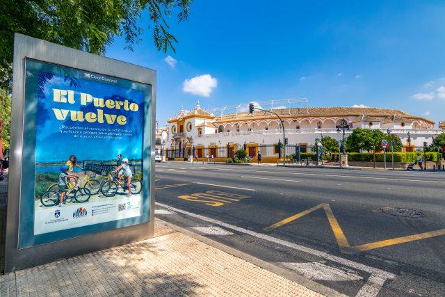 Foto de la campaña #ElPuertovuelve fijada en mupis de Sevilla.